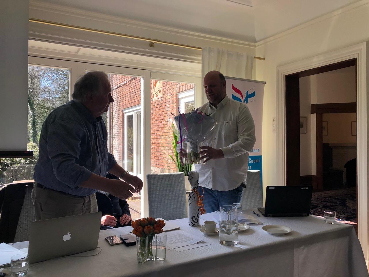 Marco Blankenstein treed af als penningmeester VNF en wordt bedankt door de voorzitter Rune Frants